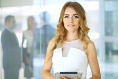 Blonde Geschäftsfrau, die Kamera betrachtet Lizenzfreie Stockbilder