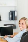 Blonde Geschäftsfrau, die Kamera untersucht Stockfoto