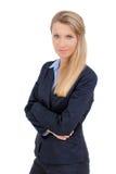 Blonde Geschäftsfrau, die mit den gekreuzten Armen steht Lizenzfreie Stockfotos