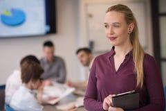 Blonde Geschäftsfrau, die an Tablette im Büro arbeitet Stockfoto