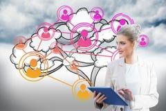 Blonde Geschäftsfrau, die Tabletten-PC mit Datenverarbeitungsgraphik der Wolke verwendet Lizenzfreie Stockfotos