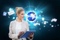 Blonde Geschäftsfrau, die Tabletten-PC mit Erde und E-Mail verwendet Stockbilder