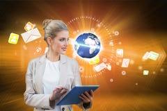 Blonde Geschäftsfrau, die Tabletten-PC mit Erde und E-Mail verwendet Lizenzfreie Stockbilder