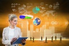 Blonde Geschäftsfrau, die Tabletten-PC mit Schnittstelle verwendet Lizenzfreie Stockfotos
