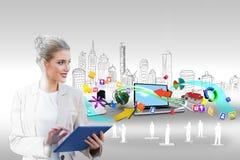 Blonde Geschäftsfrau, die Tabletten-PC mit Stadtbild und Laptop verwendet Stockfotos