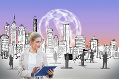 Blonde Geschäftsfrau, die Tabletten-PC mit Stadtbild verwendet Stockbilder