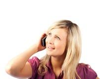 Blonde Geschäftsfrau, die am Telefon spricht Stockbild