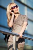 Blonde Frau, die um das Telefon ersucht Lizenzfreies Stockfoto