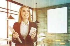 Blonde Geschäftsfrau in einem Café, Plakat getont Stockfotografie