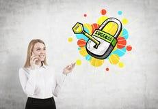 Blonde Geschäftsfrau an einem Telefon, Erfolgsschlüssel Lizenzfreie Stockfotos