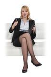 Blonde Geschäftsfrau gesessen im Stuhl Stockbild