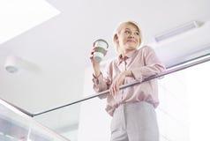 Blonde Geschäftsfrau im Büro Lizenzfreies Stockfoto
