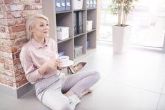 Blonde Geschäftsfrau im Büro Stockbild