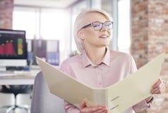 Blonde Geschäftsfrau im Büro Stockbilder