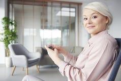 Blonde Geschäftsfrau im Büro Stockfoto