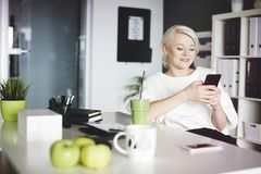 Blonde Geschäftsfrau im Büro Lizenzfreie Stockfotos
