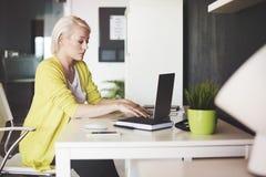 Blonde Geschäftsfrau im Büro Lizenzfreies Stockbild