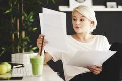 Blonde Geschäftsfrau im Büro Stockfotografie