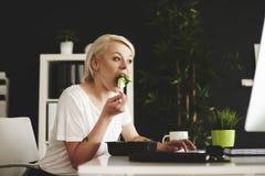Blonde Geschäftsfrau im Büro Lizenzfreie Stockbilder