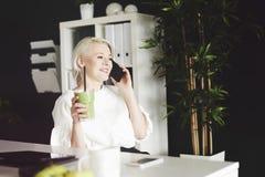 Blonde Geschäftsfrau im Büro Lizenzfreie Stockfotografie