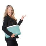 Blonde Geschäftsfrau im dunklen Anzug, lokalisiert auf Weiß, Raum für t Stockfoto