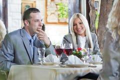 Blonde Geschäftsfrau im Restaurant Stockfoto