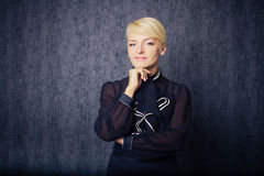 Blonde Geschäftsfrau im schwarzen Klageunterhaltlächeln Stockbild