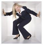 Blonde Geschäftsfrau im weißen Würfel Stockbilder
