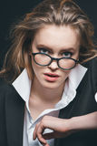Blonde Geschäftsfrau mit Brillen Lizenzfreie Stockfotos