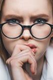 Blonde Geschäftsfrau mit Brillen Stockbild