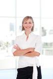 Blonde Geschäftsfrau mit den gefalteten Armen Stockfotos