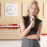 Blonde Geschäftsfrau, mit durchdachtem Ausdruck Lizenzfreies Stockbild
