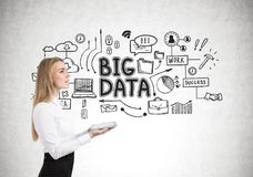 Blonde Geschäftsfrau mit einer Tablette, große Daten Lizenzfreies Stockfoto