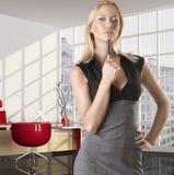Blonde Geschäftsfrau mit ernstem Ausdruck Stockbilder