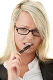 Blonde Geschäftsfrau mit Feder Stockbilder