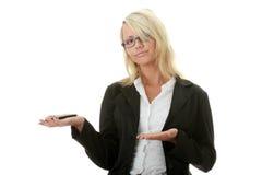 Blonde Geschäftsfrau mit Feder Stockfotos