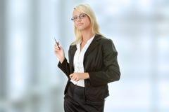 Blonde Geschäftsfrau mit Feder Stockbild