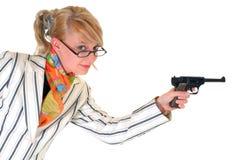 Blonde Geschäftsfrau mit Gewehr Stockfotos