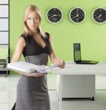 Blonde Geschäftsfrau mit Klassifikator Lizenzfreies Stockfoto