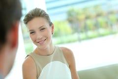 Blonde Geschäftsfrau mit Kunden Lizenzfreie Stockbilder
