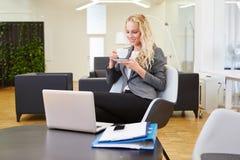 Blonde Geschäftsfrau mit Laptop-Computer Lizenzfreies Stockfoto