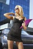 Blonde Geschäftsfrau mit purpurrotem Faltblatt Lizenzfreie Stockfotos