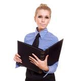 Blonde Geschäftsfrau mit schwarzem Faltblatt Stockbild