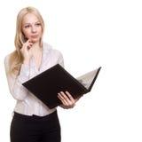 Blonde Geschäftsfrau mit schwarzem Faltblatt und Feder Lizenzfreies Stockfoto
