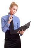 Blonde Geschäftsfrau mit schwarzem Faltblatt und roter Feder Lizenzfreie Stockfotos