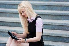 Blonde Geschäftsfrau mit Tablette Lizenzfreies Stockbild