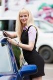 Blonde Geschäftsfrau mit Tablette Stockfoto
