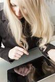 Blonde Geschäftsfrau mit Tablette PC Stockfoto