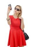 Blonde Geschäftsfrau mit Telefon und Sonnenbrille Stockbild