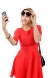 Blonde Geschäftsfrau mit Telefon und Sonnenbrille Stockfoto